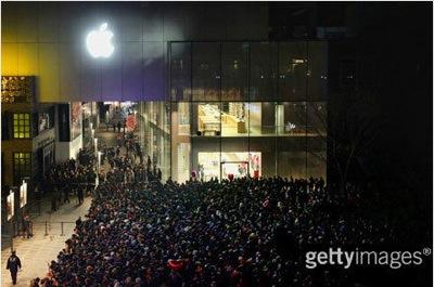 「iPhone 4S」が発売された中国で混乱。北京のApple Storeでは販売延期