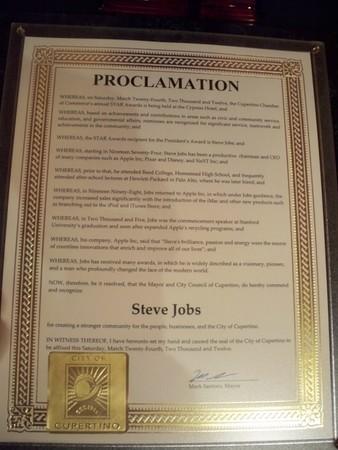 クパチーノの商工会議所がスティーブ・ジョブズ氏に会長賞を与える