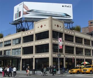 ニューヨークにあるApple Storeの屋上になぜか「iPad 2」の広告看板が!?