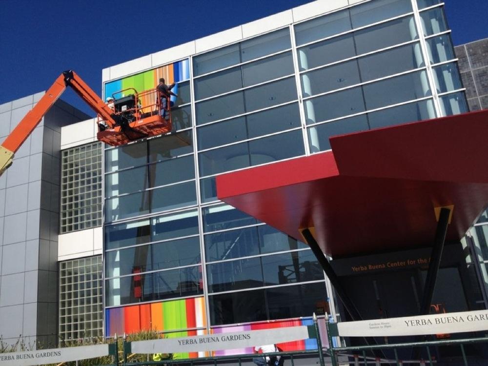 次期「iPhone」の発表イベントの会場のYerba Buena Centerの準備が進む