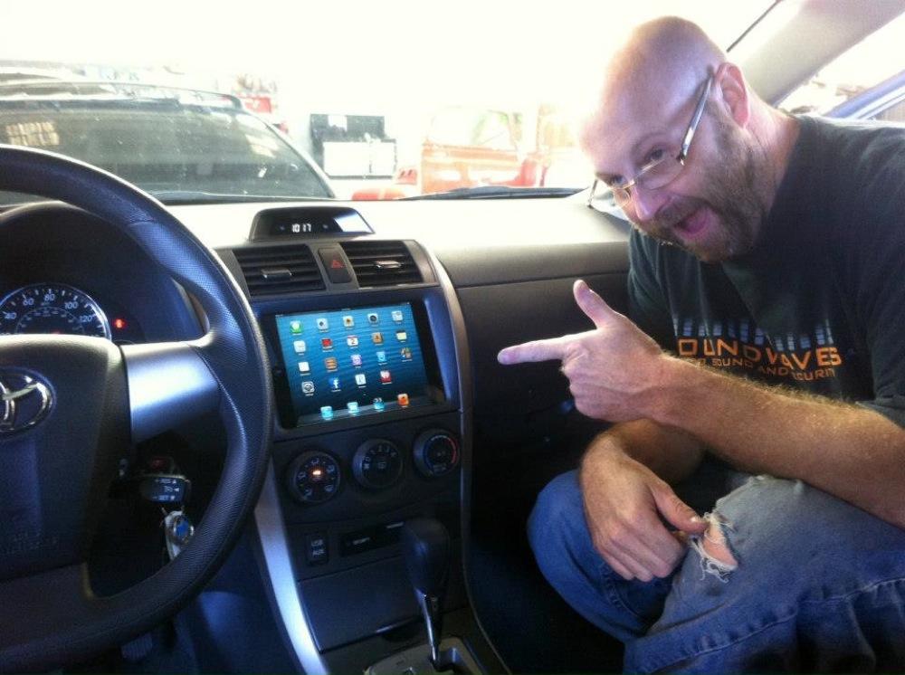 ダッシュボードに「iPad mini」を取り付けたトヨタカローラ