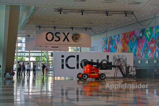 「WWDC 2012」の会場内に「OS X」や「iCloud」「AirPlay」のバナーも