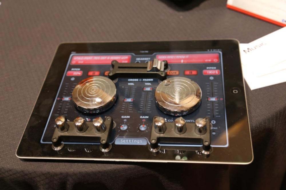 ION Audio、iPadに取り付けることでハードウェアDJコントローラーになる「Scratch 2 Go」を発表
