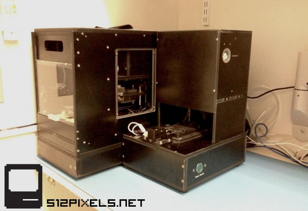 「iPhone 5」の壊れたディスプレイを交換する際に使用される機械!?