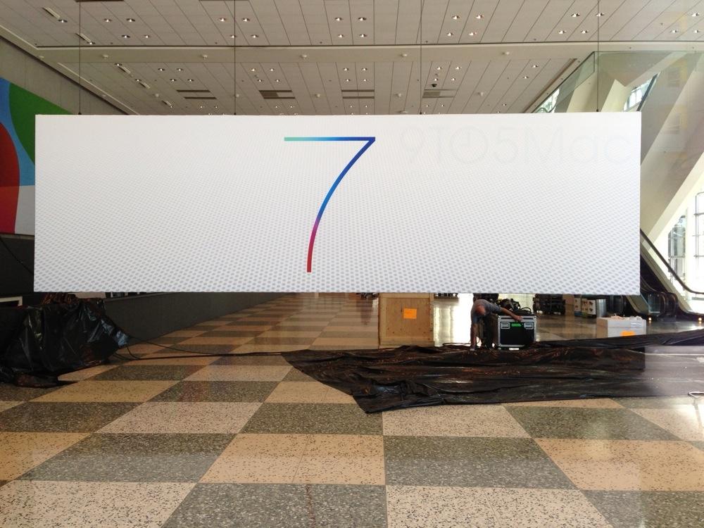 「WWDC 2013」の会場内に「iOS 7」と「OS X」のバナーが出現