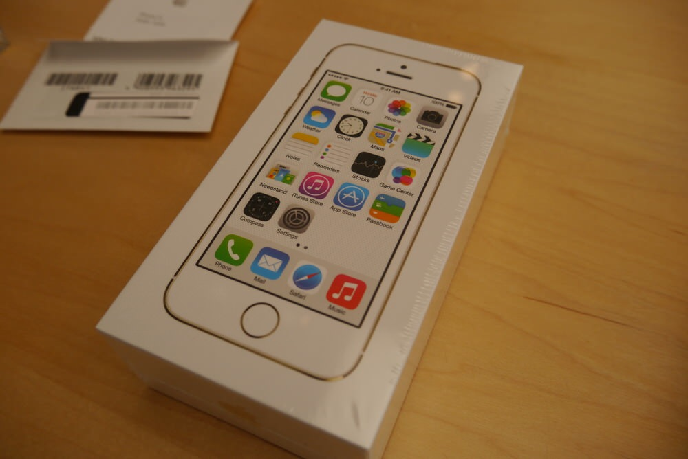 「iPhone 5s」ゴールドモデルをチェックする