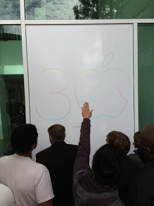 Appleの本社キャンパスに30周年を迎えた「Macintosh」の記念ポスターが登場
