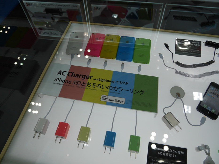 ギフト・ショー2014春レポート:PGA、「iPhone 5c」のカラーリングとお揃いのLightningコネクタ付きAC充電器などを展示