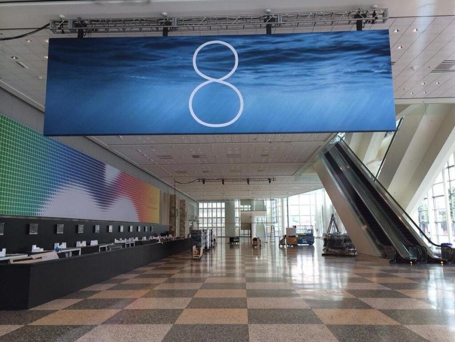 「WWDC 2014」の会場に「iOS 8」「OS X 10.10」のバナーが掲載される
