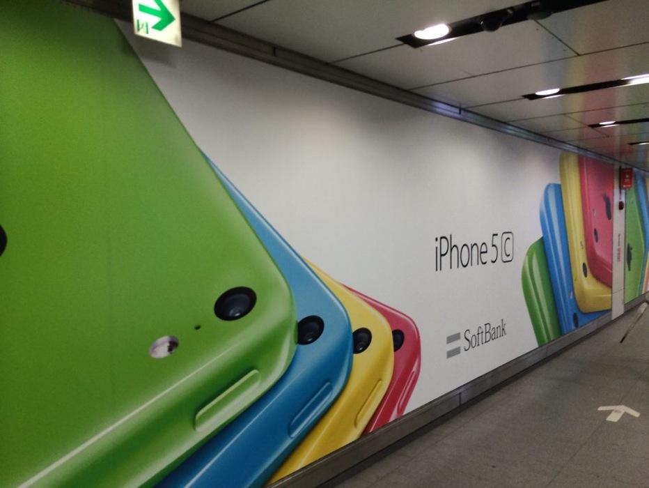 渋谷駅構内に「iPhone 5c」の広告が再び掲載、今回はソフトバンクのロゴ入り