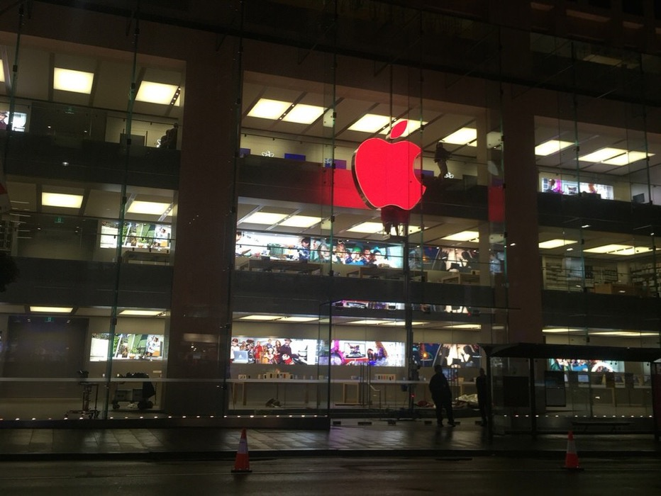 Apple、Apple Retail StoreのAppleロゴを世界エイズデーにあわせて赤色に変更へ