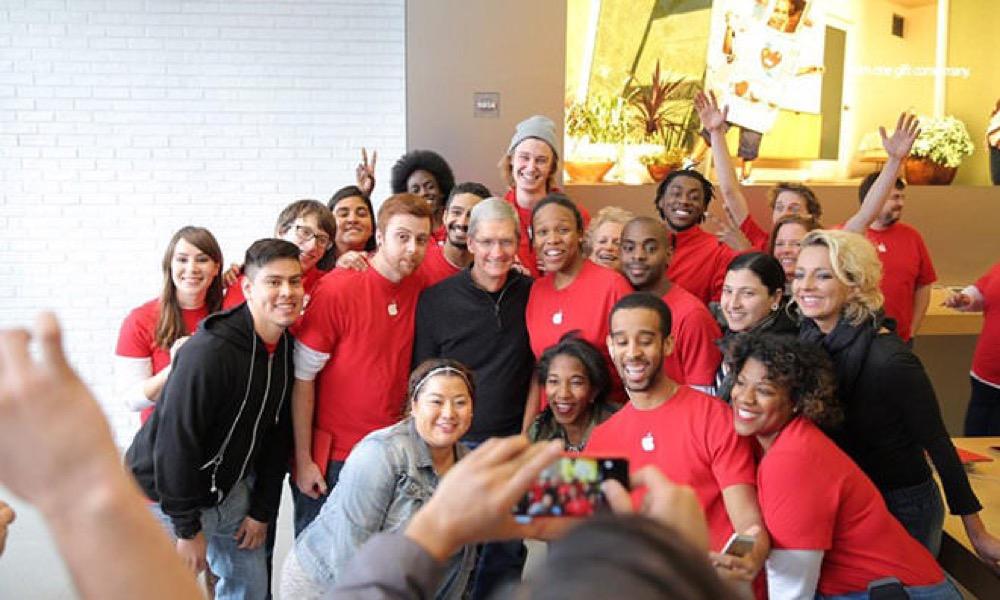 Tim Cook CEO、世界エイズデー当日にワシントンD.CにあるApple Storeを訪問