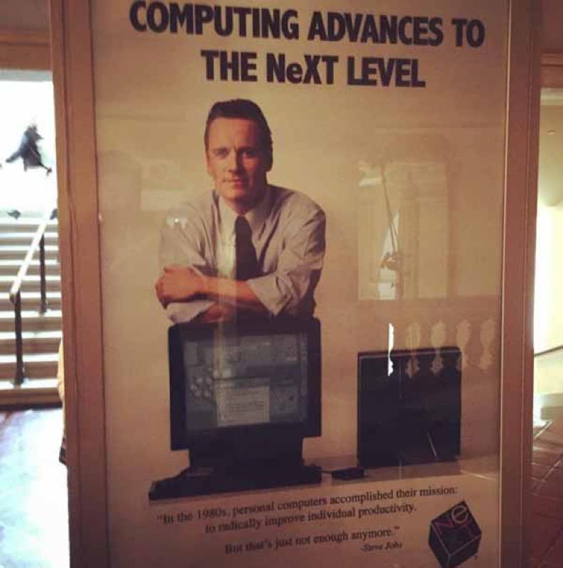公式伝記映画「Steve Jobs」:セットに飾られているMichael Fassbender氏がJobs氏を演じるポスターの画像