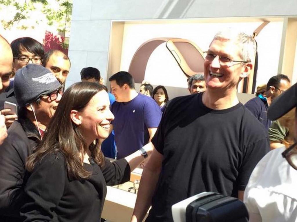 Tim Cook氏、「Apple Watch」の予約開始日にパロアルトのApple Storeを訪問