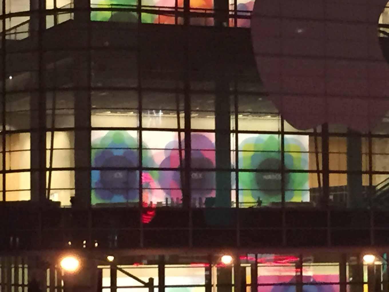 「WWDC 2015」の会場で「iOS」「OS X」「Watch OS」のバナーが確認される