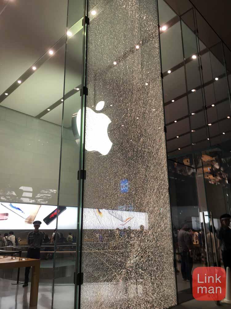 「Apple Store 表参道」の1枚ガラスにビッシリとヒビが入る