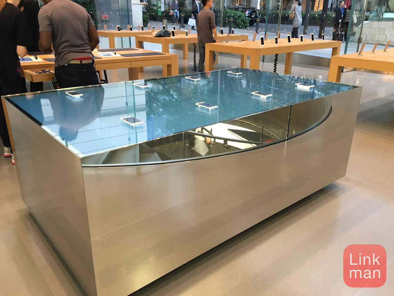 「Apple Store, 表参道」に「iPhone 6s」の3D Touchがより体感できる特別なテーブルが設置される
