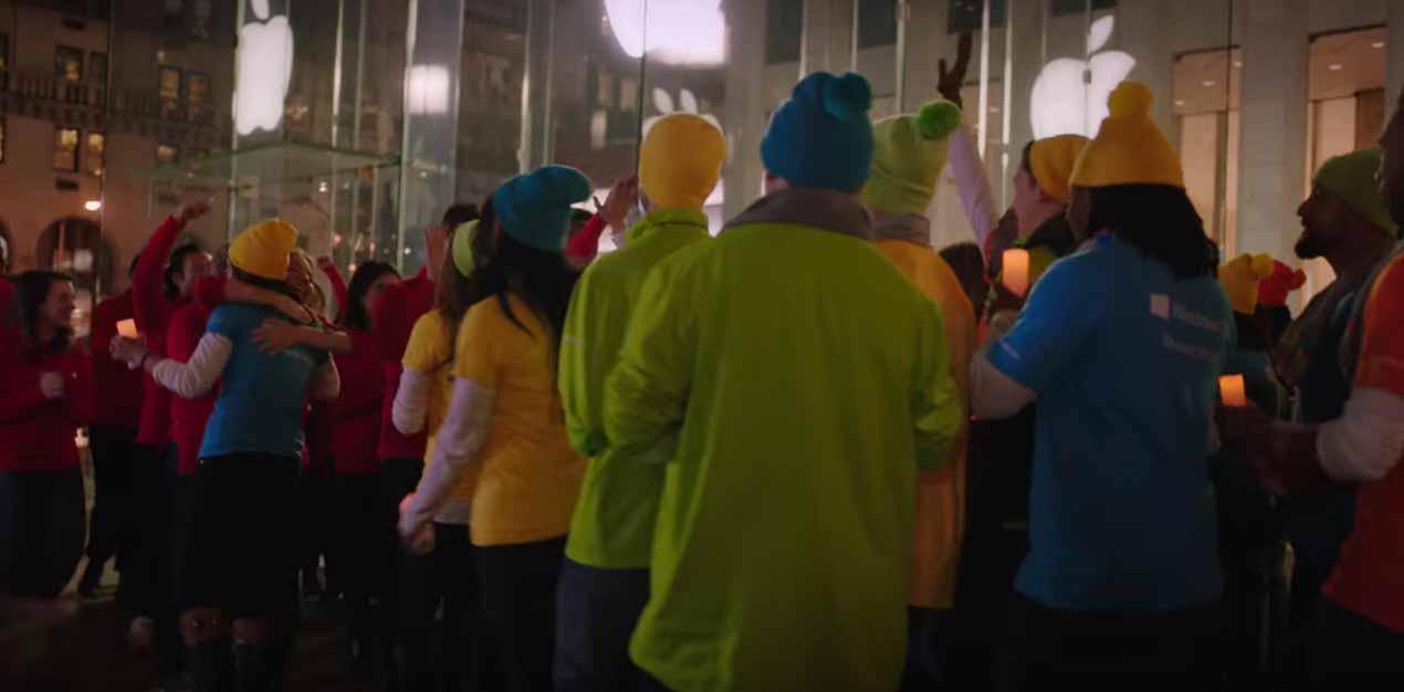 Microsoft、ホリデーシーズン向けTVCMを公開 「Apple Store, Fifth Avenue」の前で撮影が行われる
