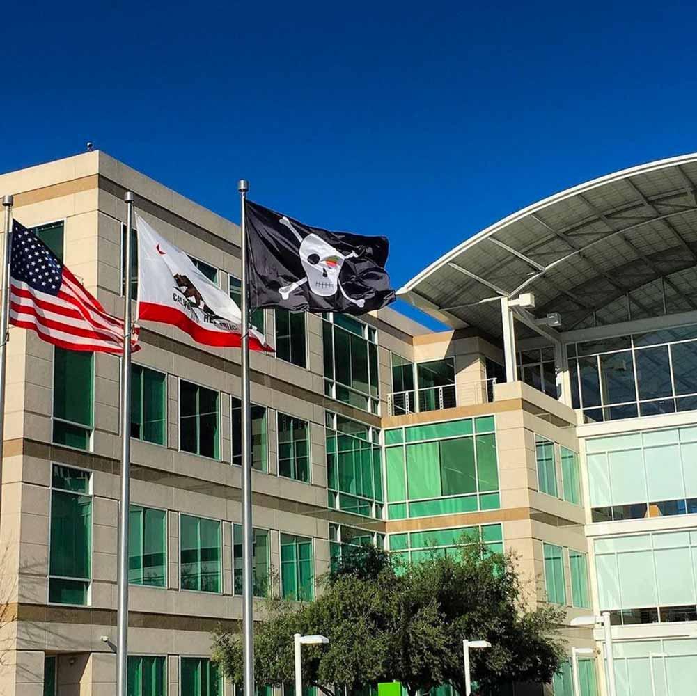 Apple、設立40周年を記念して本社キャンパス内に海賊旗を掲げる