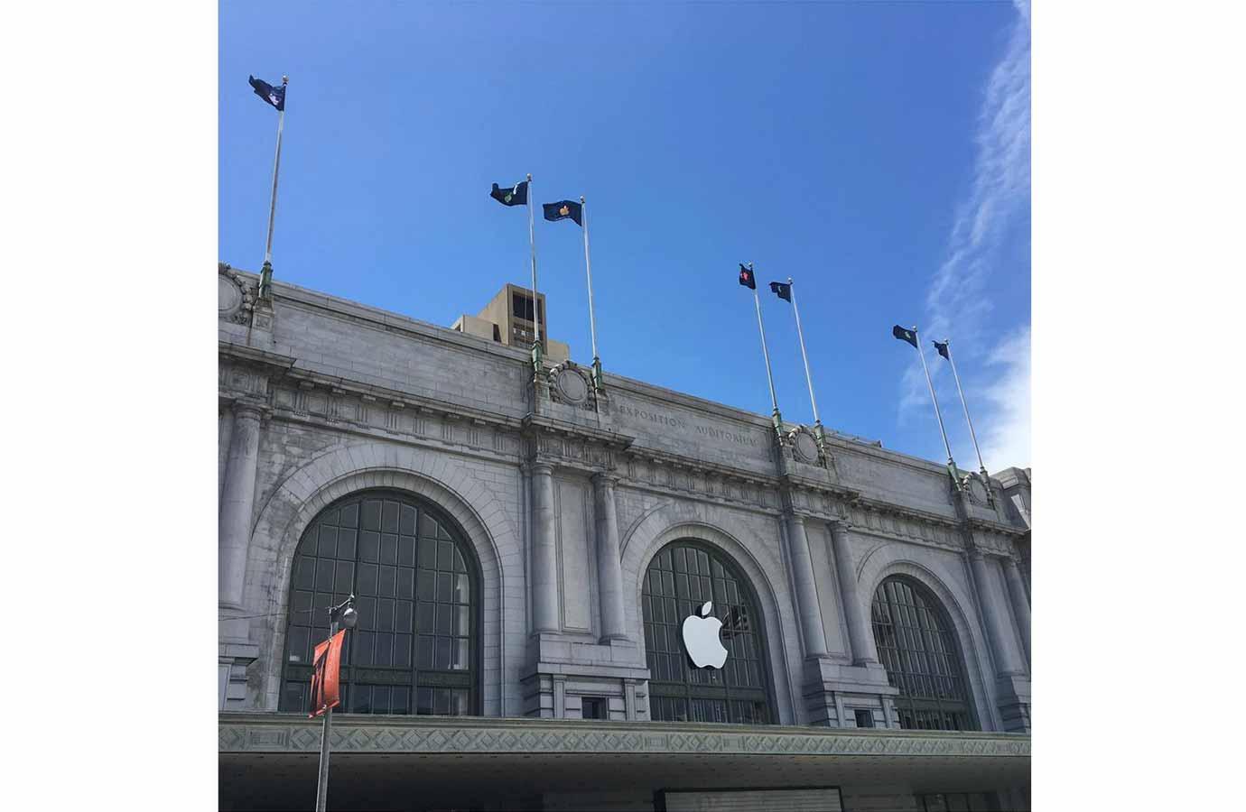 「WWDC 2016」の基調講演が行われる「Bill Graham Civic Auditorium」でAppleロゴなどが飾られる