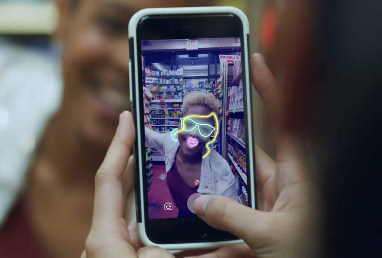 iOS向け「Facebook」アプリにカメラ機能を提供開始 ― 「ストーリー」「カメラエフェクト」「ダイレクト」機能を追加