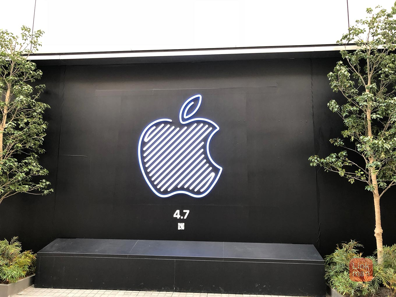 「Apple 新宿」にカラフルに光るネオンデザイン「Apple ロゴ」が登場